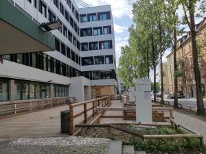 Rampenanlage aus Holz vor einem Gebäude