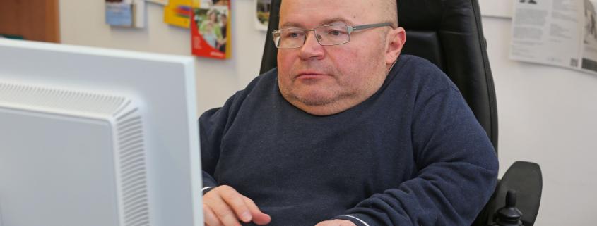Herr Utz am Schreibtisch